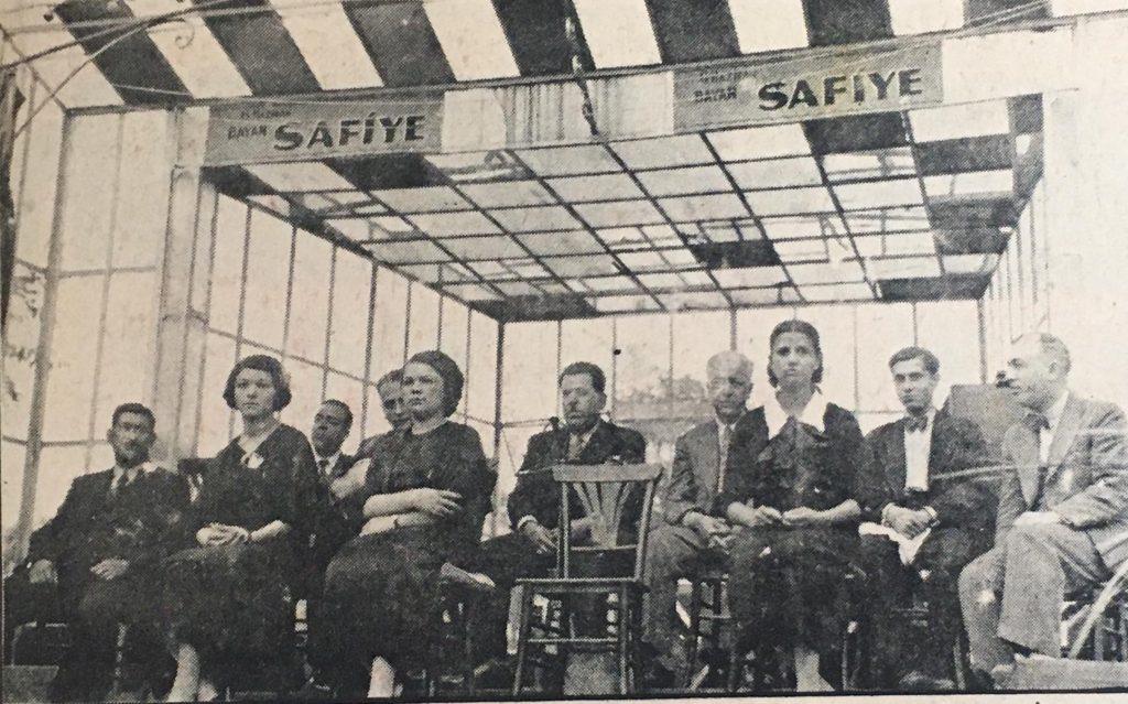 1935 yılı. Soldan ikinci kişi Suzan Hanım. Saz heyetinin içinde...